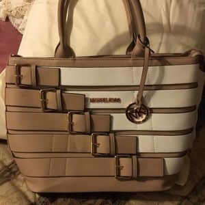 New Michael kors this is not a authentic bag..